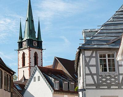 Das Dach des Fachwerkhauses Kelterstraße 23 (rechts) muss saniert werden (aufgenommen September 2018). Foto: cg