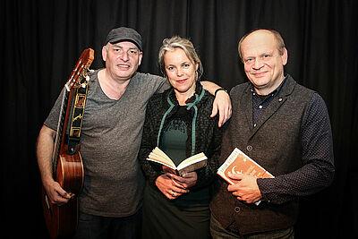 """(v.l.) Steffen Kinz, Andrea Sauermost und Mathias Tröndle präsentieren """"Text trifft Ton zu Heimat und Fremde"""". Foto: cg"""