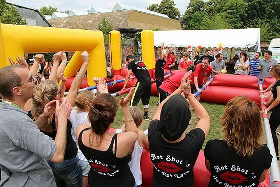 27 Menschen-Kicker-Turnier von Durlacher.de - Bereits zum 4. Mal fand das Turnier auf dem Weiherhofgrünzug statt, bei dem Menschen zu Kickerfiguren werden. (288 Fotos)
