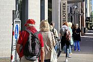 Nach fünf Wochen Schließzeit können Nutzerinnen und Nutzer wieder persönlich Medien aus der Stadtbibliothek ausleihen. Zunächst darf allerdings nur eine begrenzte Anzahl an Menschen auf einmal in das Gebäude. Foto: Stadt Karlsruhe