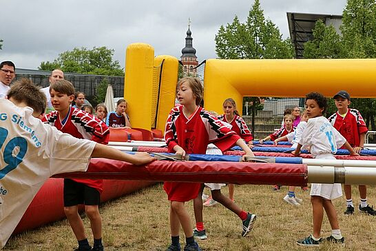 01 Menschen-Kicker-Turnier von Durlacher.de II - Bereits zum 5. Mal fand das Turnier im Weiherhof statt, bei dem Menschen zu Kickerfiguren werden. (130 Fotos)