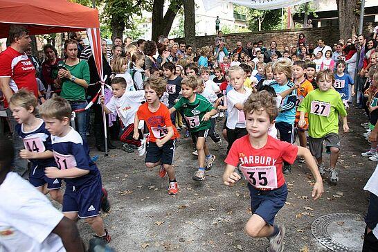 06 Turmberglauf: Kinderlauf - Etwa 280 Kinder in verschiedenen Altersklassen nahmen am Kinderlauf im Schlossgarten teil. (74 Fotos)