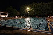 Mondscheinschwimmen im Turmbergbad startet. Foto: om