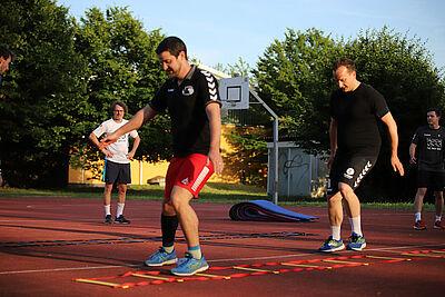 Aktuell trainieren die Handball-Herren der Turnerschaft Durlach im Freien und mit Abstand zueinander. Foto: cg