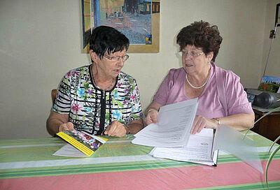 Ehrenamtliche Pflegebegleiterin Ursula Gindner (r.) im Gespräch mit einer pflegenden Angehörigen. Foto: pm
