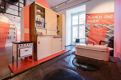"""Zu sehen in der Ausstellung: Eine """"Frankfurter Küche"""" aus der Dammerstock-Siedlung. Foto: Stadtarchiv Karlsruhe"""