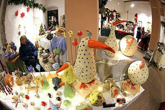 Dezember - Etwas später als üblich eröffnete auch der Weihnachtsmarkt im Rathaus und in der Orgelfabrik fand wieder die ARTVENT statt. (2 Galerien)