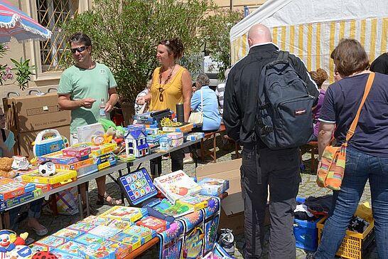 23 84. Kruschtlmarkt - Vor dem herrlichen Hintergrund der Durlacher Karlsburg findet einer der schönsten Flohmärkte in der Umgebung statt. (18 Fotos)