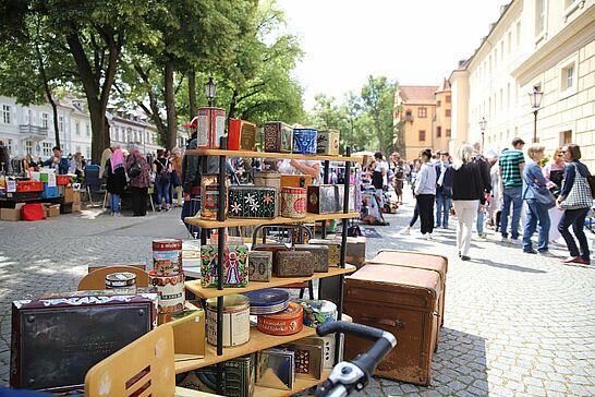 23 121. Kruschtlmarkt vor der Karlsburg - Vor dem herrlichen Hintergrund der Karlsburg findet regelmäßig einer der schönsten Flohmärkte in der Umgebung statt. (18 Fotos)