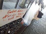 Für Bedürftige: der Gabenzaun in Durlach. Fotos: cg
