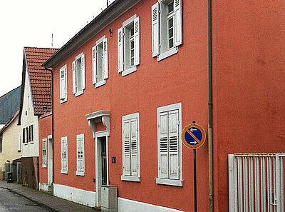 Nach dem Stil Friedrich Weinbrenners erbaut: das alte Rathaus in Durlach-Aue. Foto: pm