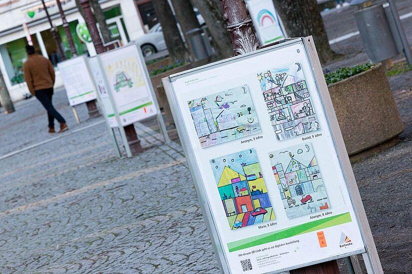 """Auch auf dem Durlacher Schlossplatz zu sehen: Die digital-urbane Ausstellung """"Deine Stadt - Deine Rechte. Corona aus Sicht von Kindern und Jugendlichen"""". Foto: cg"""