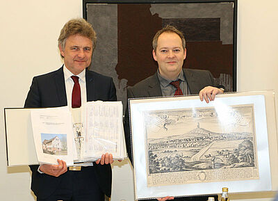 OB Dr. Frank Mentrup (l.) mit den Unterschriftenlisten und Robin Cordier, der ihm einen Durlacher Stich überreicht. Fotos: sade/cg