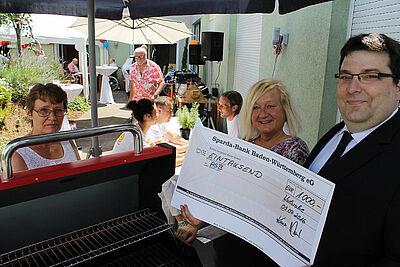 """Die ASB-Seniorenresidenz """"Im Blumenwinkel"""" konnte für die Bewohner einen lange ersehnten Grill anschaffen. Fotos: ASB Region Karlsruhe"""