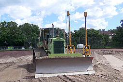 Beim Bau des neuen Rasenplatzes kam ein Präzisionsbagger zum Einsatz, der mit Lasertechnik für die Einebnung des Geländes gesorgt hat. Foto: pm