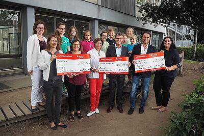 Drei Institutionen freuten sich über eine Spende von jeweils 2.555 Euro. Foto: Busbach