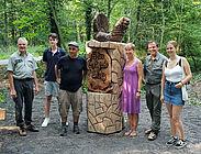 """Das neue Hinweisschild """"Hans Gutjahr-Weg"""" bei der Einweihung im Beisein von Gutjahrs Angehörigen sowie Beschäftigten des Forstamtes. Foto: Stadt Karlsruhe"""