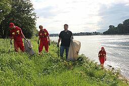 Die DLRG Durlach mit dabei beim Rhine-Clean-Up-Day. Fotos: pm