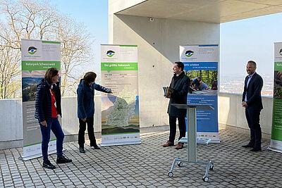 Auf dem Turmberg wurde die neue Wanderausstellung vorgestellt: (v.l.) Ortsvorsteherin Alexandra Ries, Umwelt-Bürgermeisterin Bettina Lisbach, Klaus Mack, Vorsitzender des Naturparks Schwarzwald Mitte/Nord, und KTG-Geschäftsführer Andre Lomsky. Foto: KTG