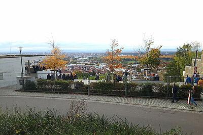 Zu viele Menschen und dazu noch ohne Maske suchten am Sonntag die beliebte Aussichtsterrasse auf dem Durlacher Hausberg auf. Foto (Archiv): cg