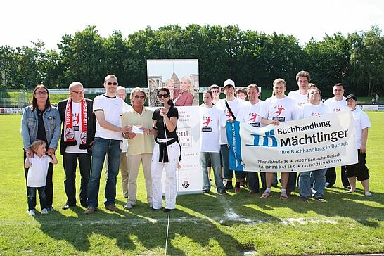 30 Spendenübergabe beim ASV-Spiel - In der Pause der Fußballpartie ASV Durlach - VfL Kirchheim wurde der Erlös aus dem Verkauf des Baden-Talers an die Turnados übergeben. (45 Fotos)