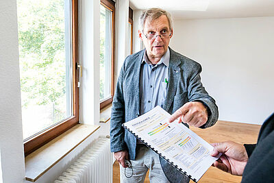 """Für die """"Energie-Checks"""" nimmt ein Energieberater die konkrete Situation vor Ort in Augenschein und berät individuell. Foto: cg"""