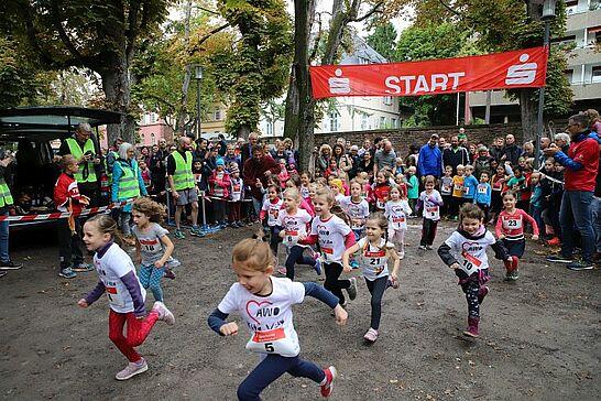 05 Turmberglauf: Kinderlauf - Etwa 250 Kinder in verschiedenen Altersklassen nahmen am Kinderlauf im Schlossgarten teil. (105 Fotos)