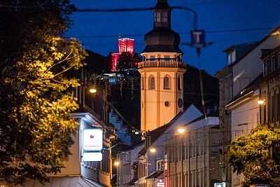 Auch das Durlacher Wahrzeichen wurde am Montagabend rot erleuchten. Foto: cg