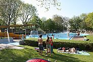 Mit dem Karlsruher Pass und Kinderpass erhält man beim Turmbergbad einen reduzierten Eintrittspreis. Foto: cg
