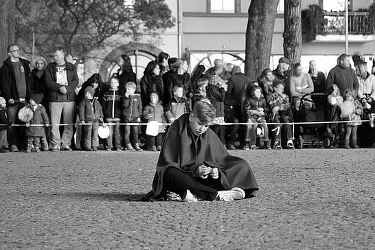 11 Sankt-Martins-Umzug - Laternen, Geschichten und Brötchen zum Teilen: Viele begeisterte Kinder begleiteten Sankt Martin durch Durlach. (56 Fotos)