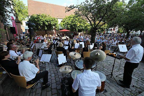 03 Musikforum Durlach: SommerSerenade am Basler Tor - Das Musikforum Durlach lud zur beliebten SommerSerenade an den Brunnen vor dem Basler Tor ein. (69 Fotos)