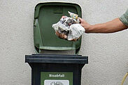 Um die Biotonne sauber zu halten, lässt man Grünschnitt vor der Entsorgung antrocken und wickelt Küchenabfälle in Zeitungspapier. Foto: Stadt Karlsruhe
