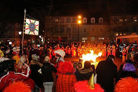 12 Fastnachtsbeerdigung - Am Abend des Faschingdienstags bricht auf dem Marktplatz mit der Fastnachtsbeerdigung das Ende der närrischen Zeit in Durlach herein. (36 Fotos)
