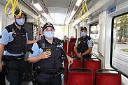 Einsatzkräfte der Polizei und des kommunales Ordnungsamtes sowie Fahrausweisprüfer des KVV kontrollierten heute im Stadtgebiet von Karlsruhe die Einhaltung der Maskenpflicht im öffentlichen Nahverkehr. Foto: Lutterbach/KVV