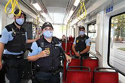Einsatzkräfte der Polizei und des kommunales Ordnungsamtes sowie Fahrausweisprüfer des KVV kontrollieren im Stadtgebiet von Karlsruhe die Einhaltung der Maskenpflicht im öffentlichen Nahverkehr. Foto: Lutterbach/KVV