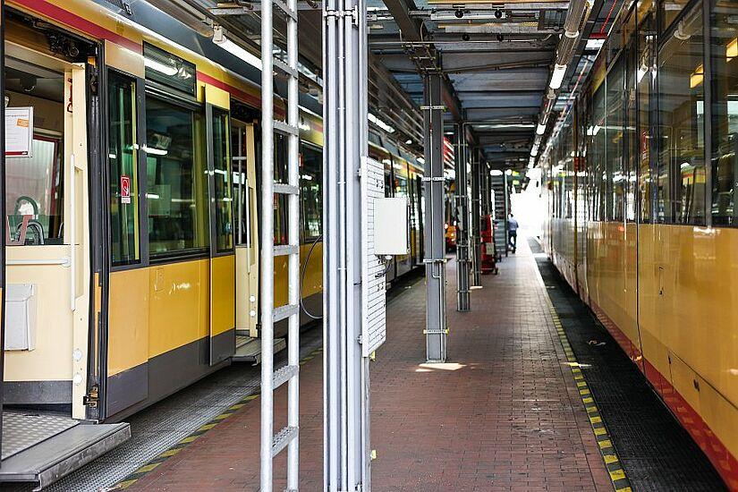 Die aufwendigen Reinigungsarbeiten der Tram- und Stadtbahnen dauern an. Solange müssen diese im Betriebshof bleiben. Foto: cg