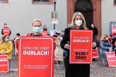 Initiatorinnen der Mahnwache (v.l.): Meike Eberstadt (Kräuterladen) und Hatice Kammerer (Werk#stoff). Foto: cg