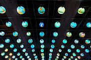 """Der Lichtkünstler Rainer Kehres hat die blaue """"Kaskade"""" aus 99 Globen anlässlich der Aufnahme Karlsruhes in das weltweite UNESCO-Netzwerk als """"Creative City of Media Arts"""" erdacht. Weitere lokale Medienkunstprojekte folgen nun. Foto: Jürgen Lenhardt / raumkontakt"""