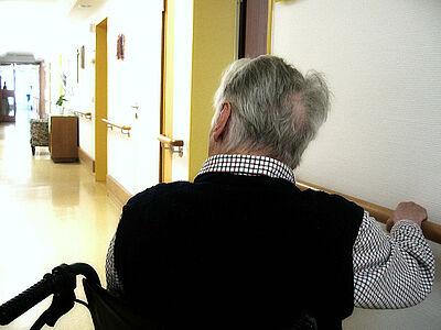 Altenwohn- und Pflegeeinrichtungen sind besonders betroffen: Landrat und Oberbürgermeister appellieren an nicht in der Pflege eingesetzte Fachkräfte, sich zu melden. Foto: Gerd Altmann / Pixabay