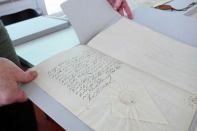 Nach modernen archivischen Standards neu verpackt: Die Durlacher Urkunden im Stadtarchiv. Fotos: cg
