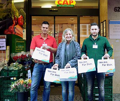 Marktleiter Milos Maric und sein Kollege Nico Sandhaas übergaben 88 Spendentüten an Tafelleiterin Lisa Gödek. Foto: Lebenshilfe Karlsruhe