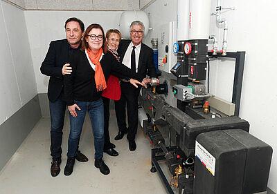 Symbolischer Anschluss: Die Markgrafenstadt mit der Raumfabrik ist nun Teil des Fernwärmenetzes (v. l.): Klaus Ochs, Alexandra Ries, Gabriele Luczak-Schwarz und Dr. Karl Roth. Foto: pm