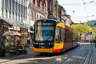 Mit der Linie 1 durch die Durlacher Altstadt. Ginge es nach dem Wunsch des VCD, wäre dies zukünftig für Gäste mit der KONUS-Karte kostenfrei möglich. Foto: cg