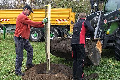 Pflanzaktion für Obstbaumnachwuchs: Zum Bohren der Pflanzlöcher und Befüllen mit vorbereiteter Pflanzerde wurde maschinelle Hilfe in Anspruch genommen. Foto: Stadt Karlsruhe