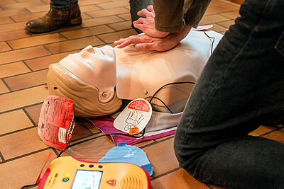 Die Angst ist unbegründet: Ein Defibrillator leitet den Ersthelfer Schritt für Schritt durch die Anwendung. Nur wer nicht hilft, macht einen Fehler. Foto: cg