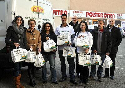 Die ersten CAP-Spendentüten wurden an die Teestuben der Flüchtlingshilfe übergeben. Foto: pm