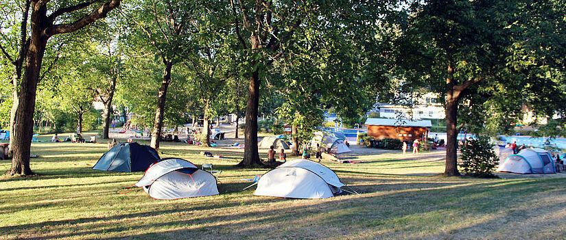 Am Freitag, 30. Juli 2021, können Eltern und Kinder nach Voranmeldung Camping-Feeling am Rand der Stadt schnuppern. Eine Person pro Zelt muss Fördervereinsmitglied sein. Foto: pm