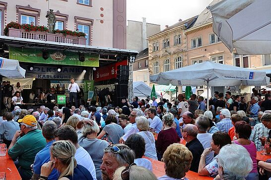 01 Durlacher Altstadtfest – Eröffnung - Das 40. Durlacher Altstadtfest wurde mit dem traditionellen Fassanstich auf der Rathausbühne wieder pünktlich um 17 Uhr eröffnet. (91 Fotos)