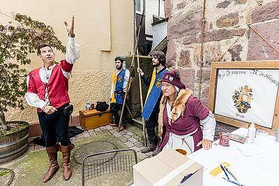 """Führungen durch den Turm des Basler Tors bot die Ritterschaft """"Jörg von Nördlingen"""" mit Heerführer Christian von Jörg (l.) interessierten Besucherinnen und Besuchern an. Fotos: cg"""