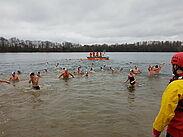 Die DLRG sorgt beim traditionellen Neujahrsschwimmen auch für die Sicherheit. Foto: pm